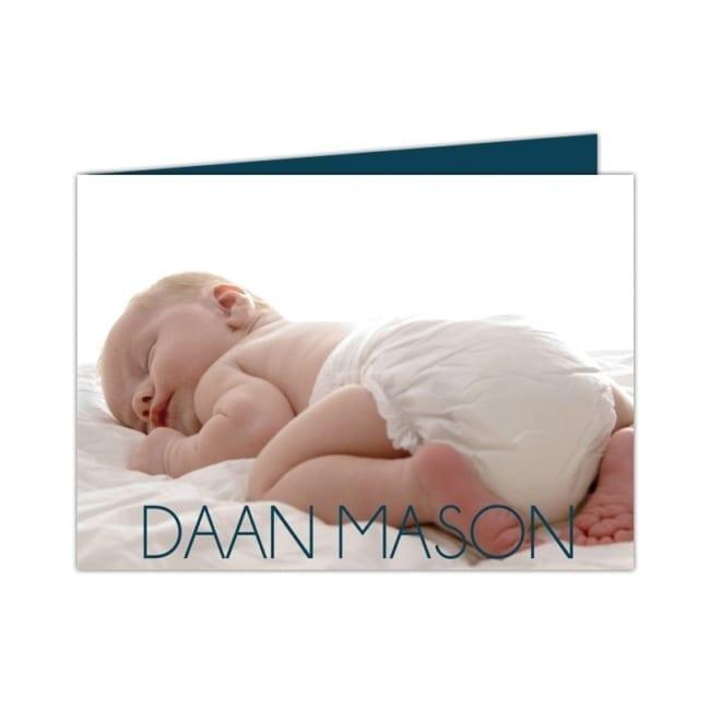 Voorkant van Geboortekaartje Foto; een foto van een baby staat centraal, met daar bovenop de naam van de baby.