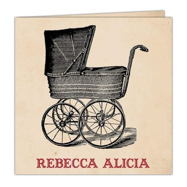 Een mooie illustratie van een kinderwagen in bijzondere retro-stijl op een bruine achtergrond bepaalt het uiterlijk van geboortekaartje Retro Kinderwagen.