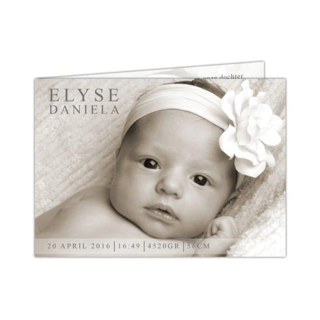 Een strakke en moderne geboortekaart met op de achtergrond een foto van de baby. De naam en details worden stijlvol op geboortekaartje Strak afgebeeld. Voorkant van kaartje.