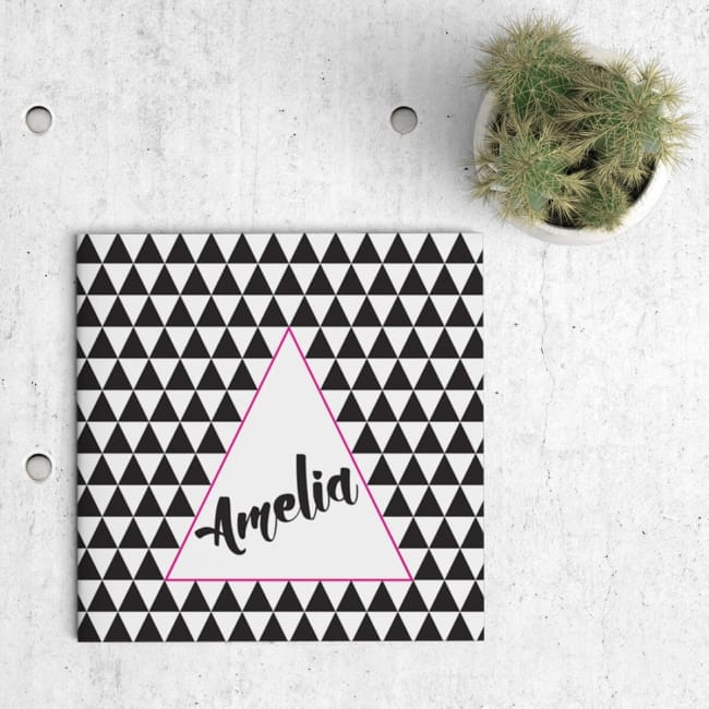 Geboortekaartje Driehoeken Feest is een spel van driehoeken. Een patroon van driehoeken vult de voorkant van het kaartje, behalve een groot driehoek.