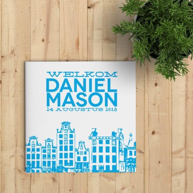 Geboortekaartje Amsterdam - leuke turquoise herenhuisjes en strak rechthoek met naam en geboortedatum. Voorzijde kaartje.