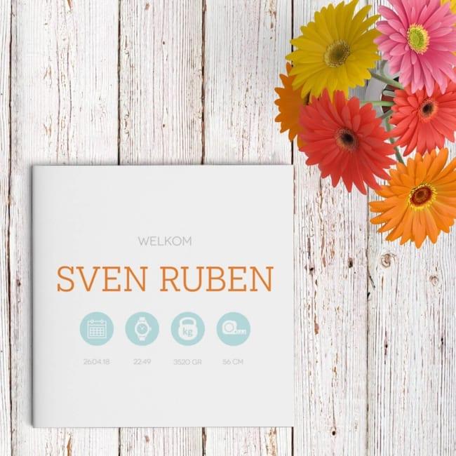 Geboortekaartje Cirkels is strak ontworpen rond een aantal cirkels. De stijl is minimalistisch, twee kleuren grijpen de aandacht, oranje en lichtblauw. Voorzijde kaartje.