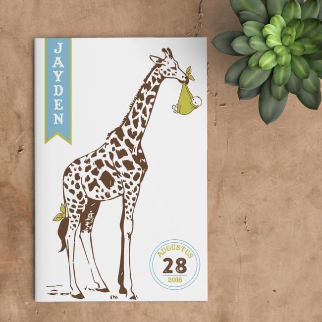Geboortekaartje Giraffe komt baby brengen in plaats van ooievaar - grappige geboortekaartjes. Voorzijde kaart.