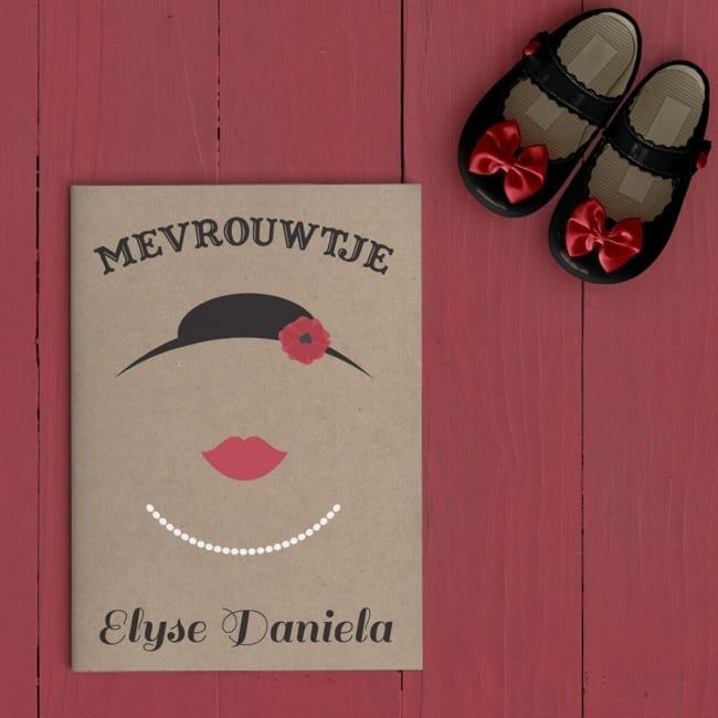 Jullie mevrouwtje is er eindelijk, dat kondigt dit retro geboortekaartje op fraaie en ludieke wijze aan. Hoedje met bloem, rode lippen en halsketting. Afbeelding toont voorkant van geboortekaart.