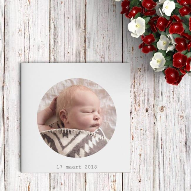 Een doeltreffend ontwerp, geboortekaart Foto wendt er geen doekjes om: jullie baby staat in het middelpunt, met een mooie, rond-gekaderde foto op de voorkant.
