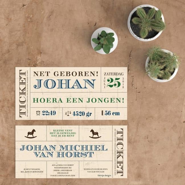 Ticket geboortekaartjes - vintage ontwerp met mooie fonts en kraft-achtergrond - Geboortekaartje Vintage Ticket. Voor- en achterkant geboortekaart.