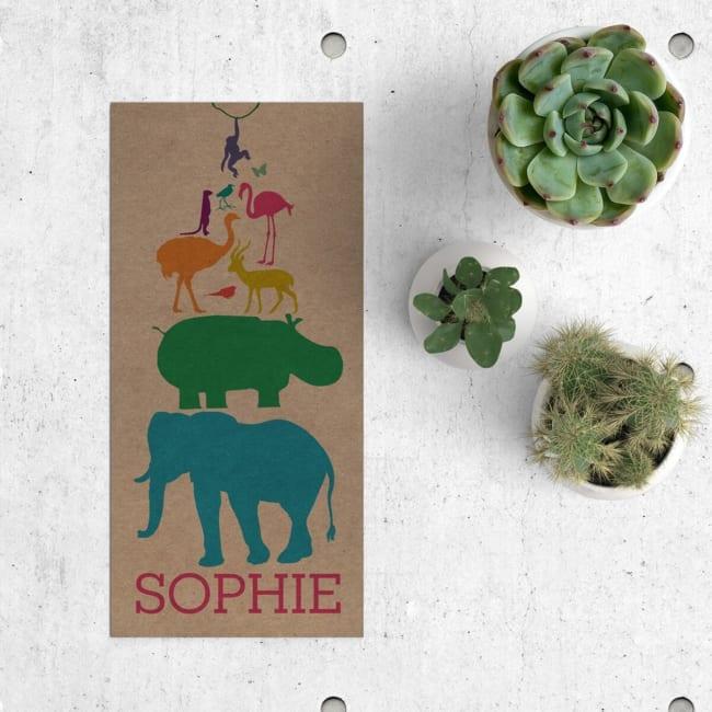 Kleurrijk, vrolijk en dierlijk, geboortekaartje Dieren Feest op Kraft is een feest van dieren, geïllustreerd in een silhouet stijl, gedrukt op kraftpapier.