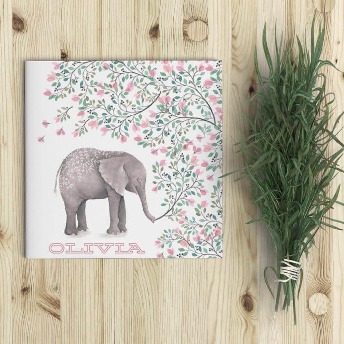Dit lieve geboortekaartje presenteert dromerige, geschilderde beelden van een lieve olifant en weelderige bloemen. Super schattig en gedetailleerd. - Dromerige, charmante illustraties.