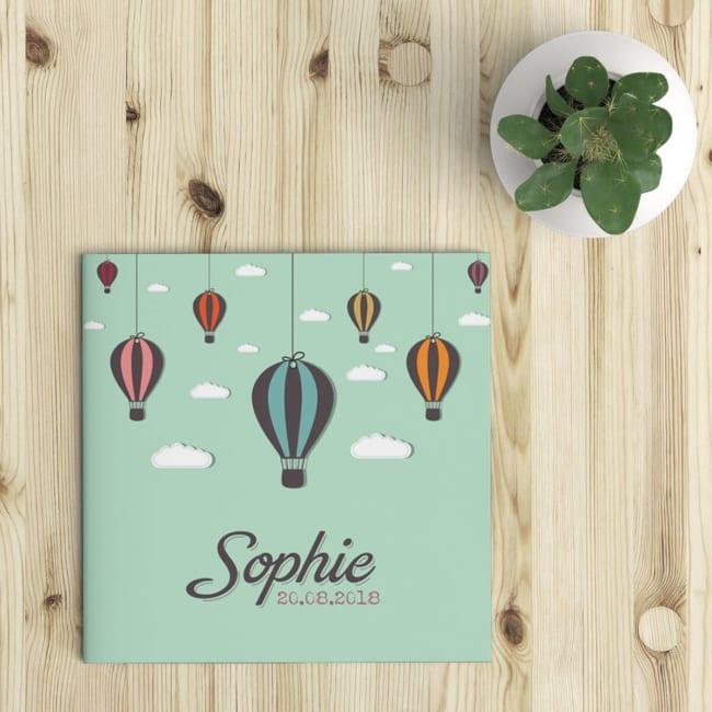 Geboortekaartje Luchtballonnen is eigentijds en hip kaartje, met zachte kleuren, leuke effectjes, en een bijzonder lettertype met schaduw achter de letters.