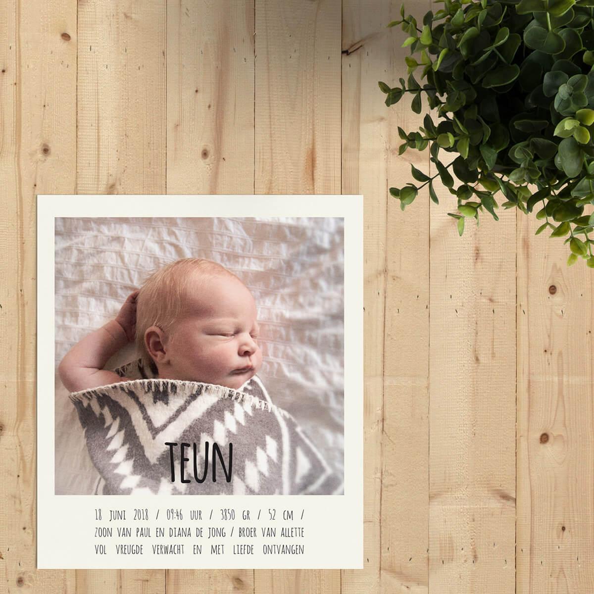 Geboortekaartje Polaroid is in het formaat van een ouderwetse polaroid ontworpen, compleet met het typische kader rondom, waarbij de onderkant dikker is.