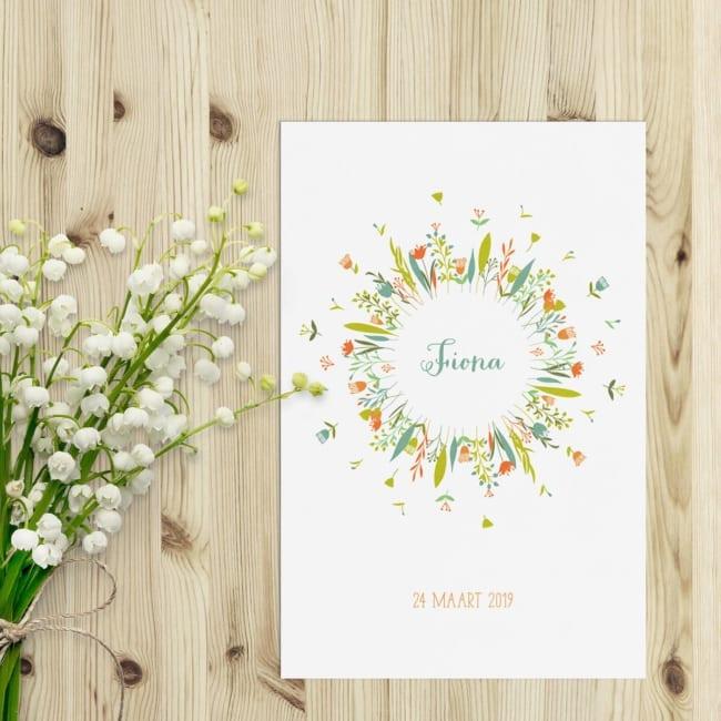Een cirkel van bloemen en blaadjes, geboortekaartje Bloemenkrans is een vrolijk en kleurrijk ontwerp, waarbij de focus ligt op het belangrijkste: de naam.