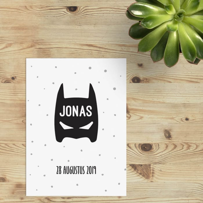 Geboortekaartje Superhero is een ontwerp met knipoog: een batman-achtig masker met de naam van de baby is de enige versiering op de voorkant.