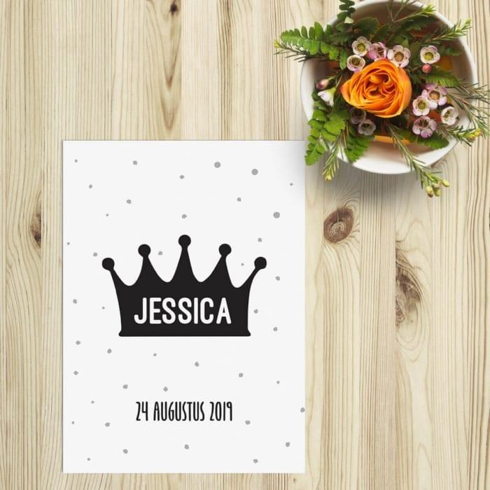 Geboortekaartje Prinses speelt met het idee van een dochter die als koninklijk behandeld wordt. Een leuke en eenvoudige illustratie van een kroontje, uitgevoerd als silhouet in het zwart, siert de voorkant van het kaartje.