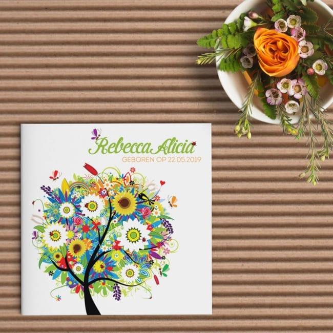 Een fantasierijke boom die straalt van geluk, in vrolijke uitbundige kleuren! Op de voorkant van geboortekaartje Boom van Geluk is het een feest.