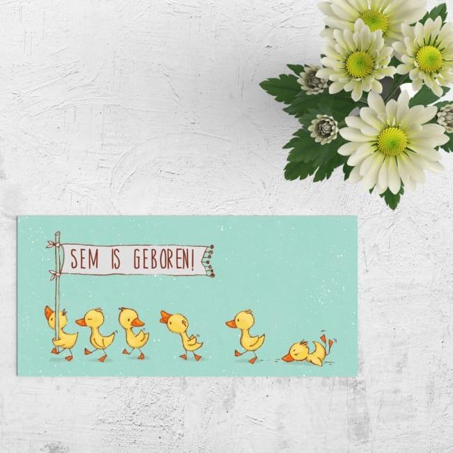 Een lief, geschilderd tafereel van lopende, kwetterende en vallende baby eendjes versiert de voorkant van Geboortekaartje Lieve Eendjes. Moderne geboortekaartjes.