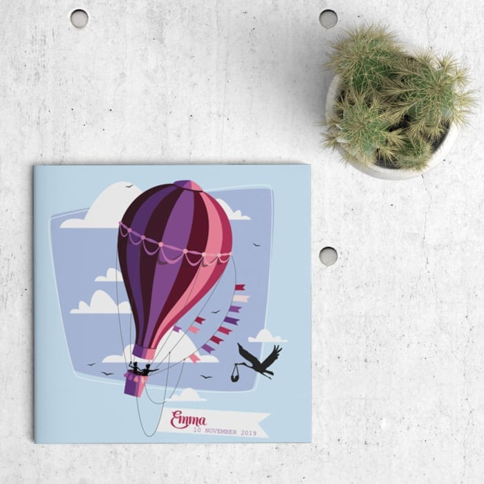 Geboortekaartje Dromerige Luchtballon zet een mooi beeld neer: luchtballon met twee mensen erin en een ooievaar die als koerier aan komt vliegen met baby.