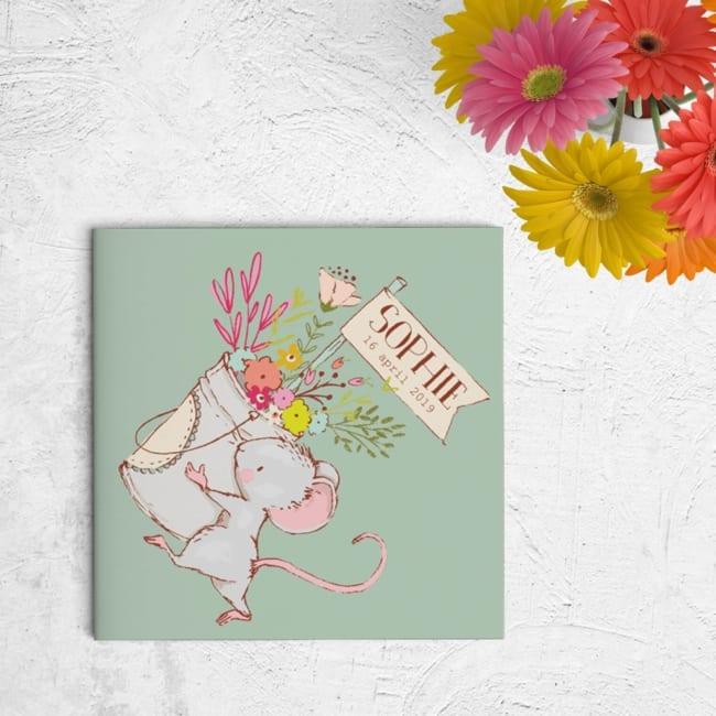 Geboortekaartje Schattig Muisje presenteert jullie pasgeboren baby op een schattige manier, door middel van de handgetekende illustraties van een muisje.