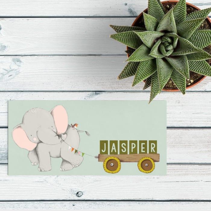 Geboortekaartje Olifantje met Kar speelt in op de hoge schattigheidsfactor van het olifantje, die een kar voorttrekt met daarop de naam van de baby. geboortekaartjes met olifantje.