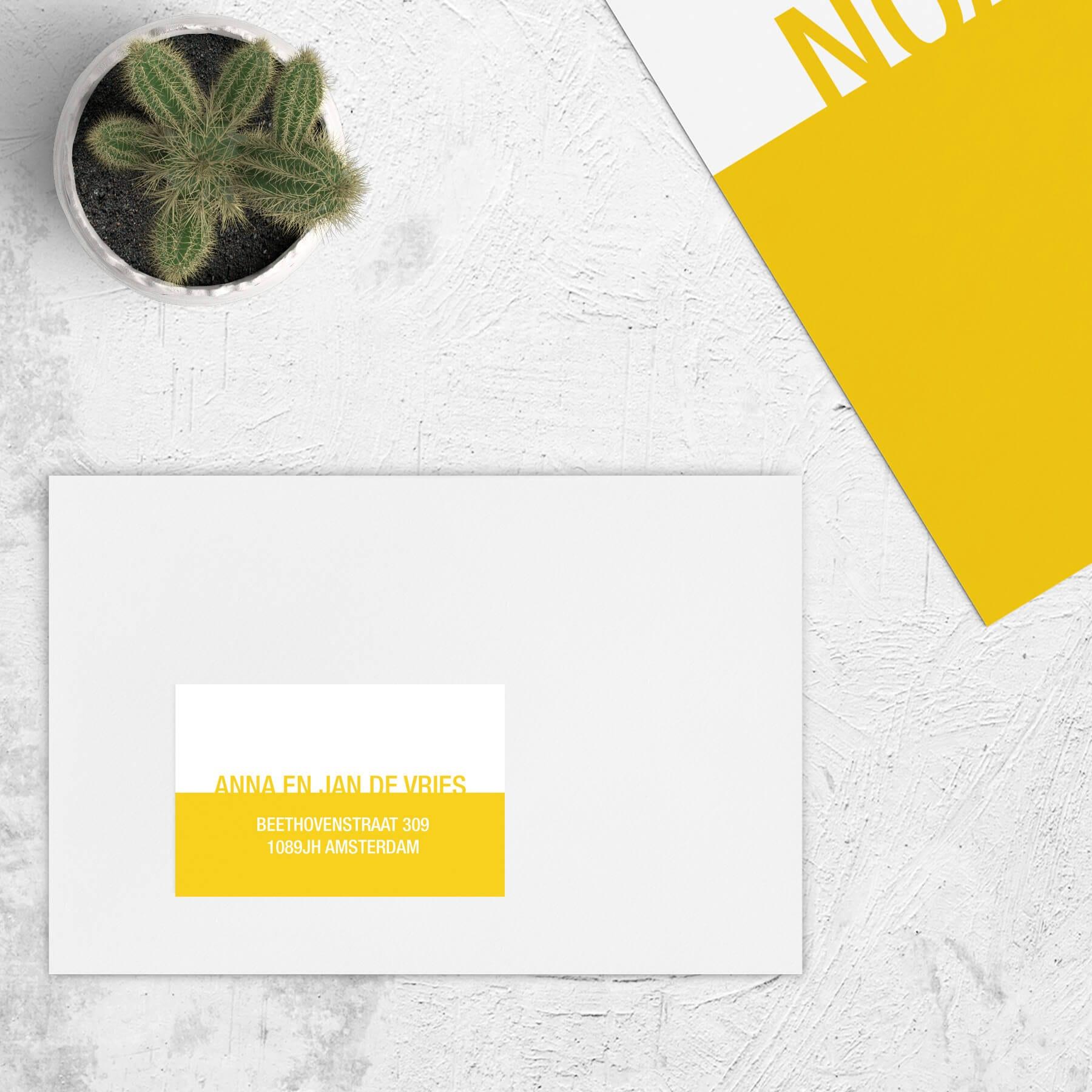 Adressticker Kleur heeft een minimalistisch ontwerp met een gekleurd geel (of andere kleur) vlak en wit vlak, met de naam als typografische versiering.