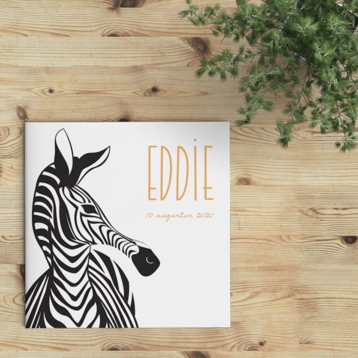 Op geboortekaartje Moderne Zebra staat een grote, scherpe illustratie van een zebra hoofd.