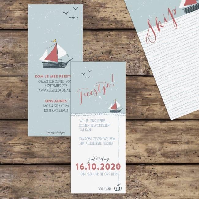 Een klein, langwerpig kaartje waarmee je vrienden en familie kan uitnodiging voor de kraamborrel. De stijl sluit aan bij geboortekaartje Bootje met Anker.