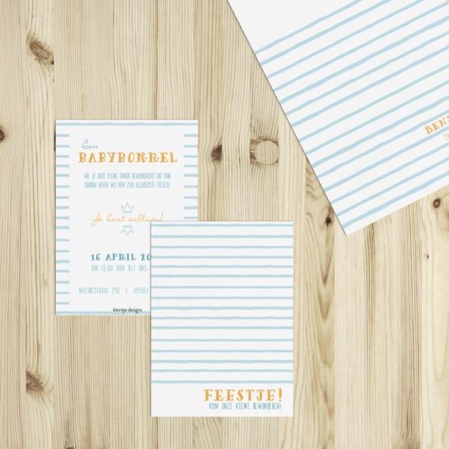 Een leuk, klein kaartje om vrienden en familie uit te nodigen voor jullie kraamfeest, ter ere van de pasgeboren baby. Blauwe strepen versieren dit ontwerp,