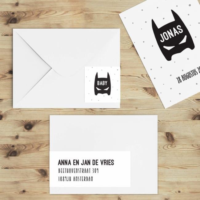 Het superhero masker van geboortekaartje Superhero staat op de linkerkant van deze adreslabel, zodat dat deel op de andere kant van de envelop staat.