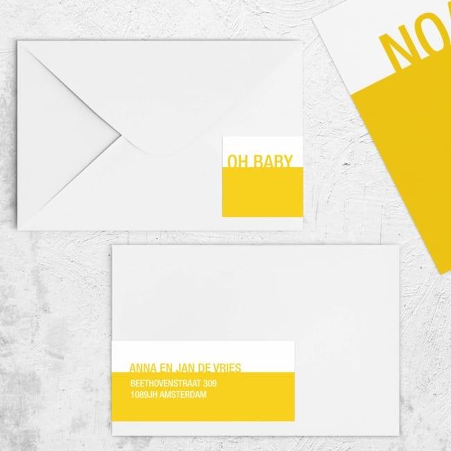 Extra lange adressticker Kleur heeft minimalistisch ontwerp met een gekleurd geel (of andere kleur) vlak en wit vlak, met naam als typografische versiering.