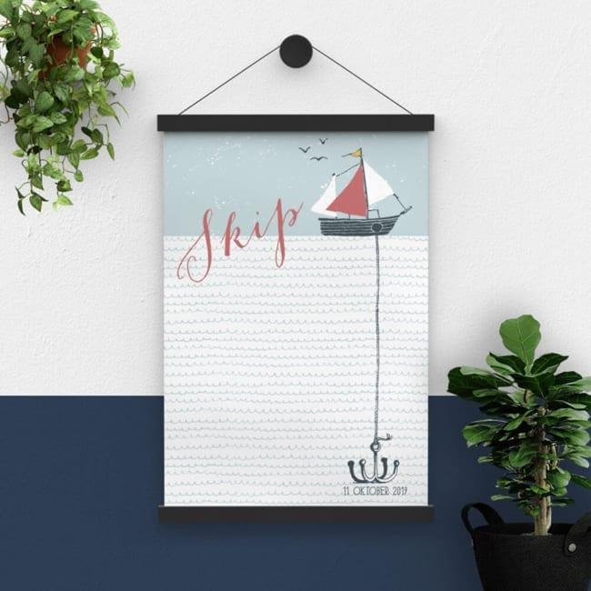 De leuke boot, die dobbert of het water, met anker op de zeebodem van het geboortekaartje Bootje met Anker, is hier iets aangepast als poster.