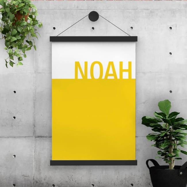 Gebaseerd op geboortekaartje Kleur, het ontwerp bestaat uit twee vlakken: een geel en wit vlak, met op het gele vlak de naam van de baby in grote letters.