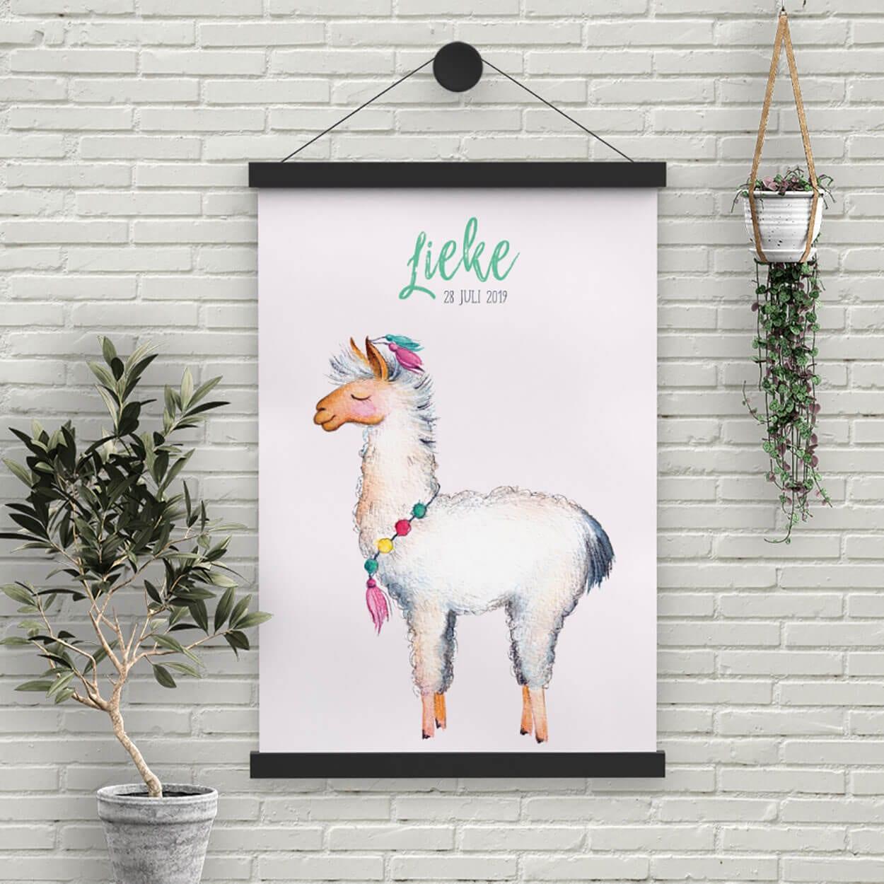 De leuke lama illustratie van geboortekaartje Lieve Lama figureert hier op een grote poster; erg schattig om aan de muur van de babykamer te hangen.