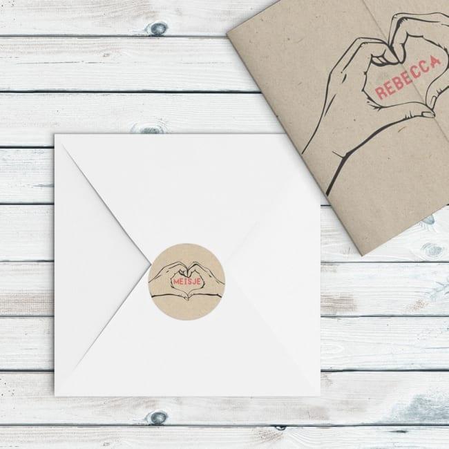 Deze ronde sluitzegel past bij het geboortekaartje: twee handen vormen een hartje met daarin een woord naar keuze, dit kan de naam van de kleine zijn.