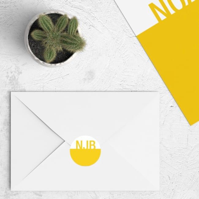 Dit abstracte ontwerp van een ronde sluitzegel sluit aan bij geboortekaartje Kleuren kan zo aangepast worden als het kaartje, zodat het bij elkaar past.