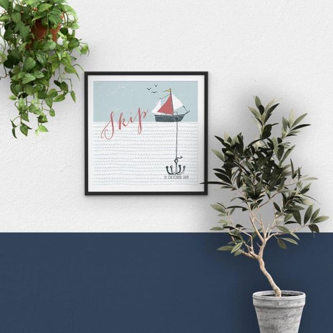 De leuke handgetekende boot, die dobbert of het water, met een anker op de zeebodem van het geboortekaartje Bootje met Anker, schittert hier op een poster.