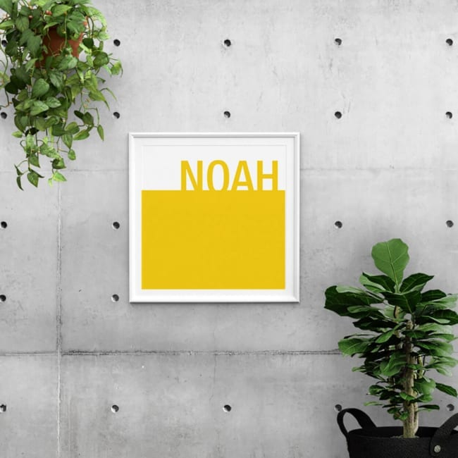 Deze vierkante Poster Kleur is een echt statement. Gebaseerd op geboortekaartje Kleur, het ontwerp bestaat uit twee vlakken: een geel en wit vlak.