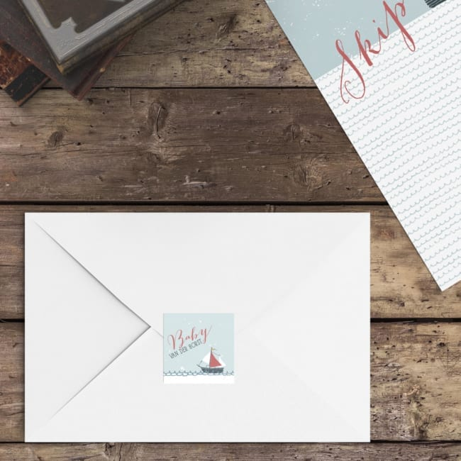 Een soort mini-versie van geboortekaartje Bootje met Anker staat op deze vierkante sluitzegel, waarmee je de enveloppen dicht kunt plakken.