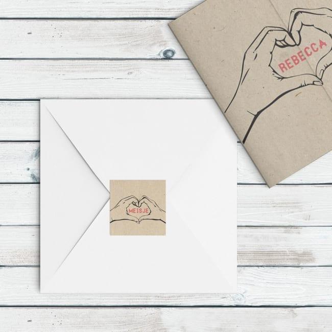 Een sluitzegel met een hart, gevormd door twee handen: een hart van handen. Het is een vierkante geboortezegel.