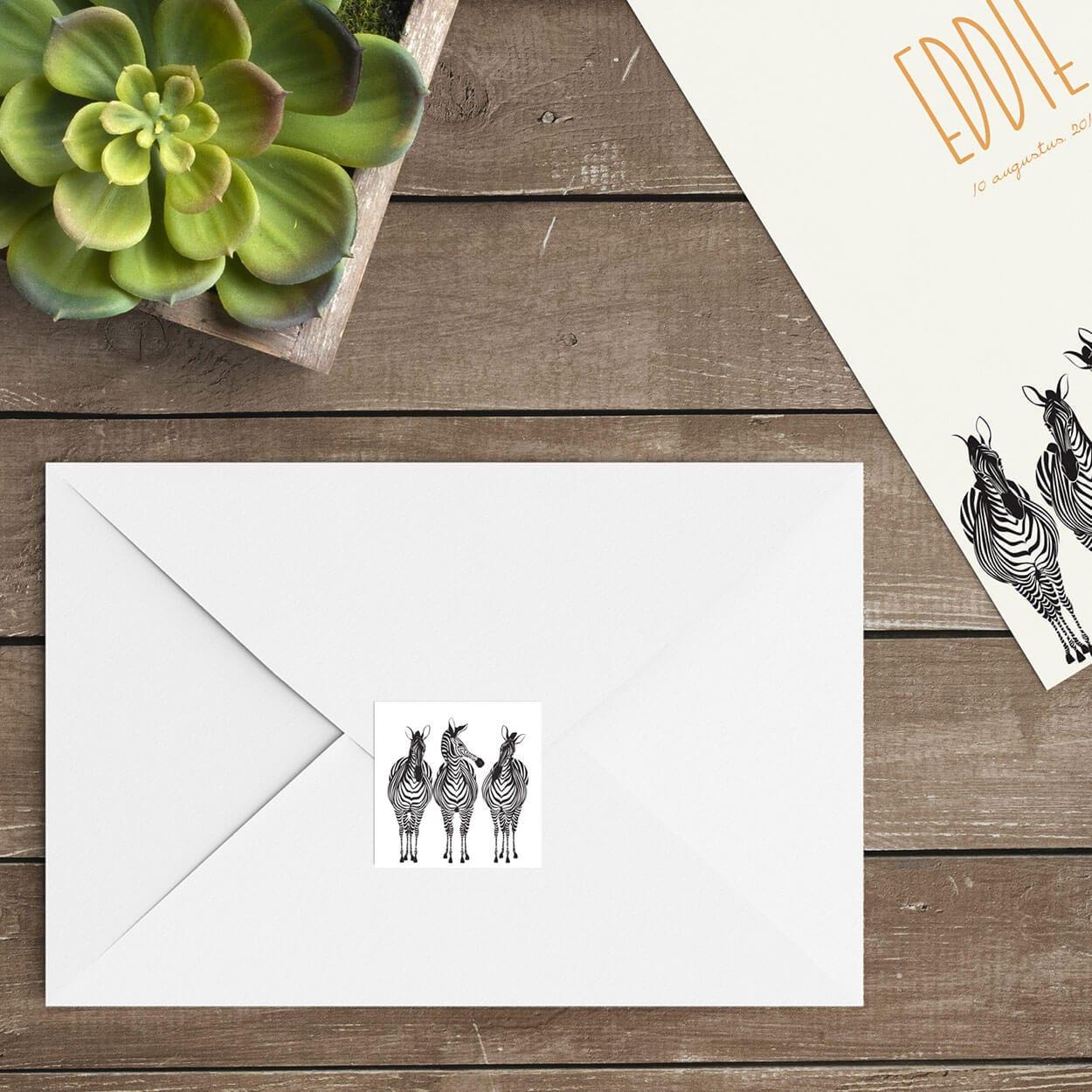 De perfecte manier om de envelop een extra touch te geven; verstuur geboortekaartje Zebra Parade in combinatie met deze vierkante sluitzegels.