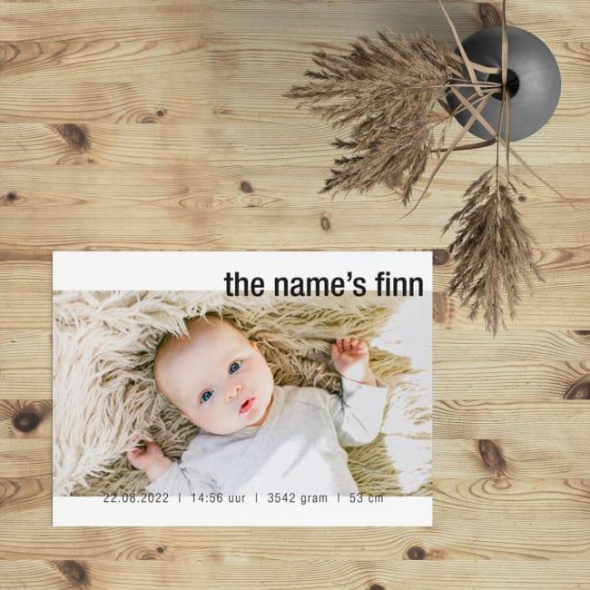 """Geboortekaartje Mijn Naam Is ... laat de kleine als het ware zichzelf presenteren. """"the name's finn."""" Duidelijk, direct en een leuke Engelse uitdrukking."""