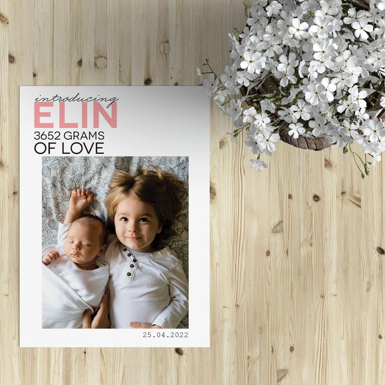 Geboortekaartje Love combineert een leuke, speelse typografie met een prachtige foto van de kleine. De stijl is eigentijds en strak.