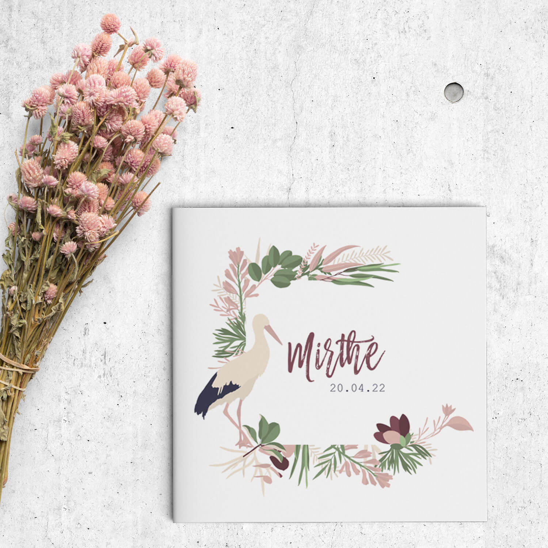 Geboortekaartje Ooievaar presenteert de pasgeboren kleine te midden van mooie illustraties van een ooievaar, deel van een frame van bladeren en bloemen.