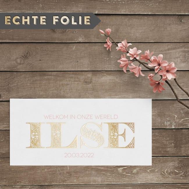 Bij geboortekaartje Sierlijke Letters steelt het lettertype echt de show. Met fantastisch gedetailleerde, bloemachtige letters in het goud.