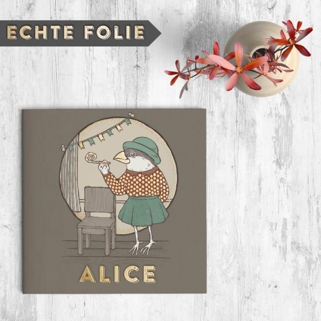 Geboortekaartje Vogel met Hoedje is een leuk en apart kaartje, waarbij we goudfolie hebben gebruikt om allerlei kleine details te accentueren.