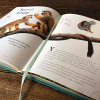 Deze maand bespreken we het prachtig geïllustreerde boek Het Dikke Boek van Alle Bijzondere Dieren. Vol prachtige platen en leuke informatie.