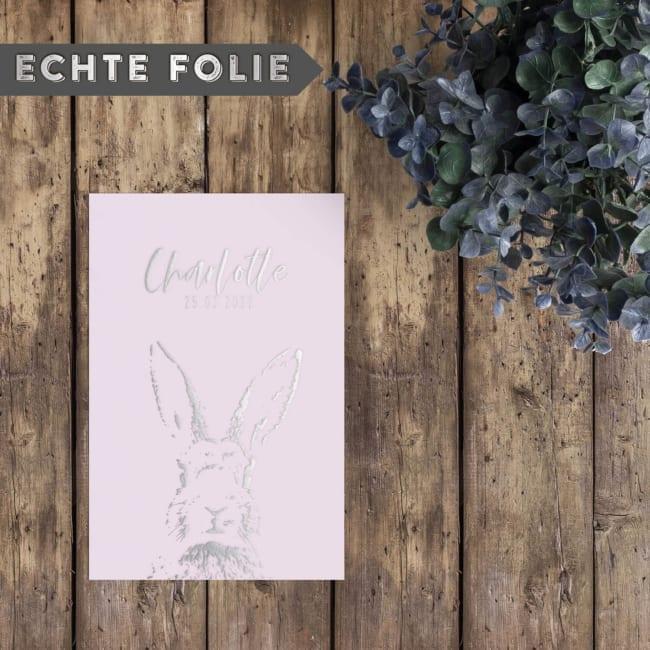 Zilverfolie Geboortekaartje Konijntje: Een mooi silhouet, subtiel en fijnzinnig, van een lief konijntje, volledig uitgevoerd in zilverfolie.