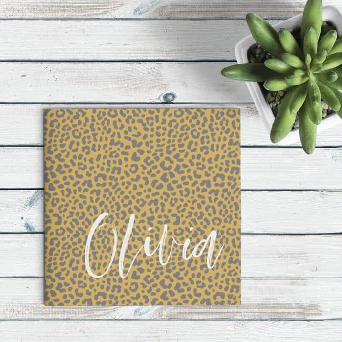 Geboortekaartje Panterprint is een trendy kaartje met een geel-bruine dierenprint. Het bijzondere en handgeschreven font zet de naam in de spotlights.