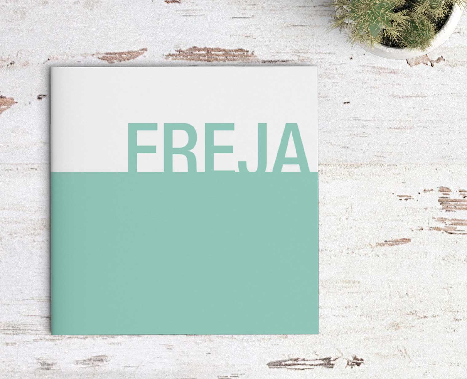 Populaire Deense naam op geboortekaartje, Freja, met abstract ontwerp