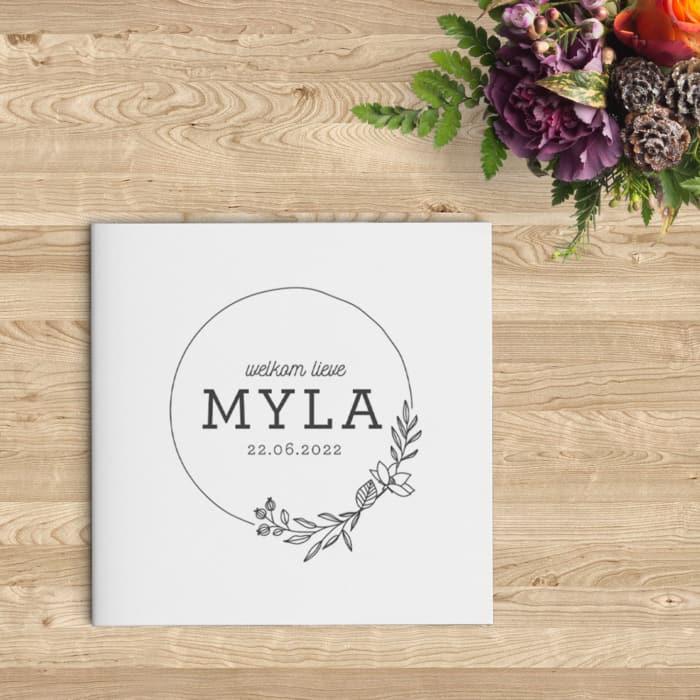 Eenvoudig Geboortekaartje Krans met Bloemen is een rustig kaartje. Lijntekeningen van bloemen en een krans versieren de voorkant.