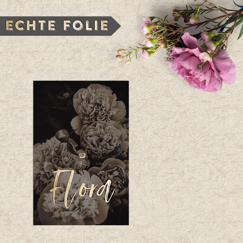Geboortekaartje Pioenroos Retro is een bijzonder kaartje. Een donkere achtergrond met prachtige bloemen met daarop de naam van de baby in goudfolie.