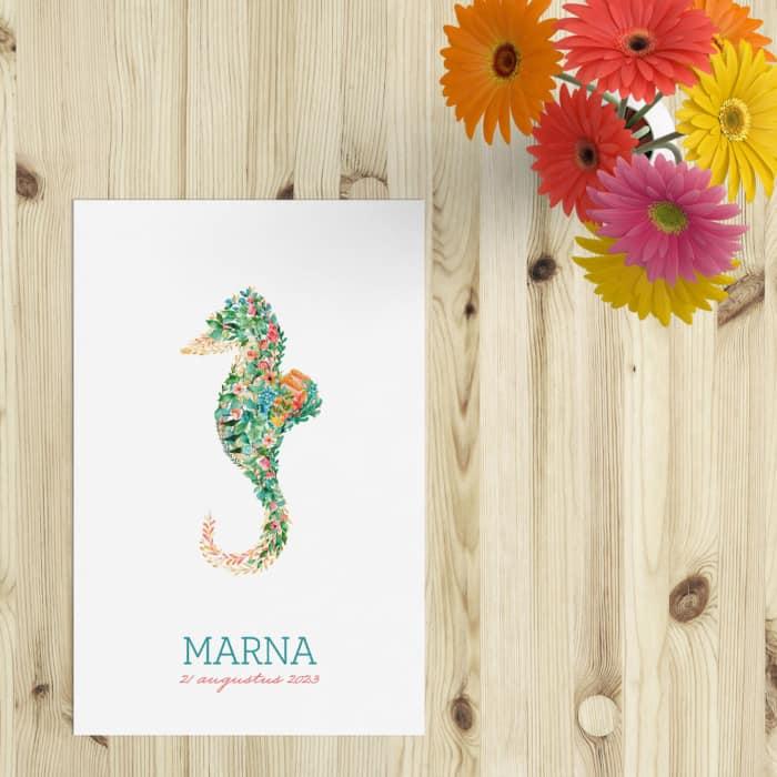Geboortekaartje Zeepaard presenteert een leuk diertje, gemaakt van blaadjes en bloemen. Opvallend, kleurrijk en origineel ontwerp.